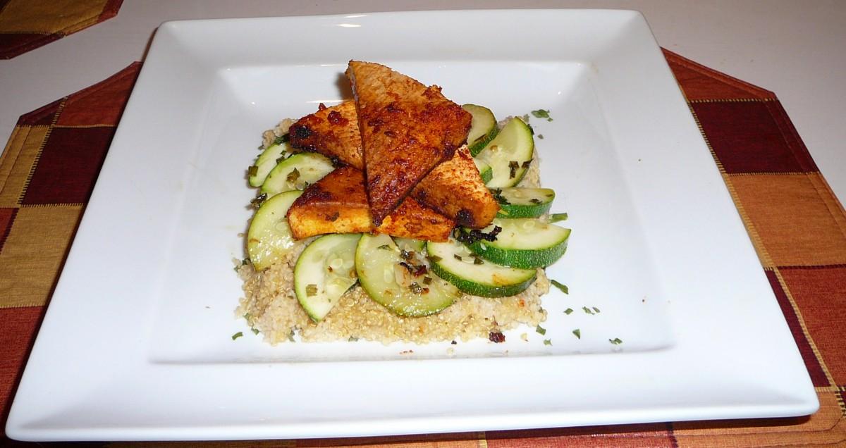 Tofu BBQ sur lit de courgettes et quinoa